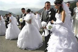 Молодожены в ожидании свадебной церемонии перед Собором Святого Иоанна Крестителя в Гандзасаре, НКР.
